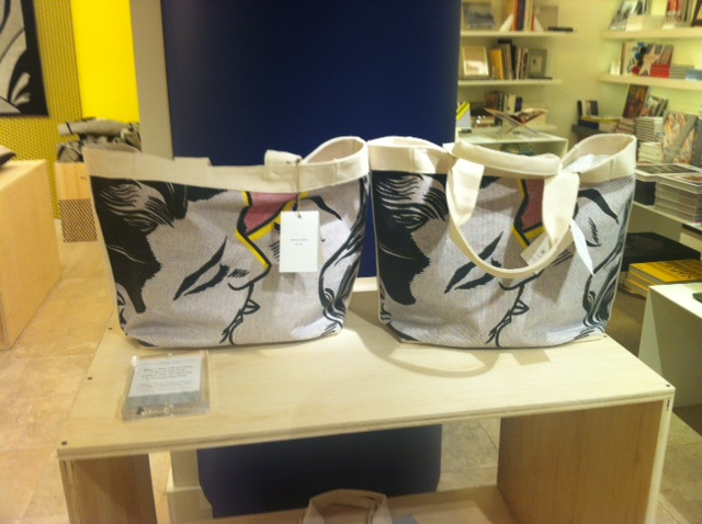 Kiss tote bag display