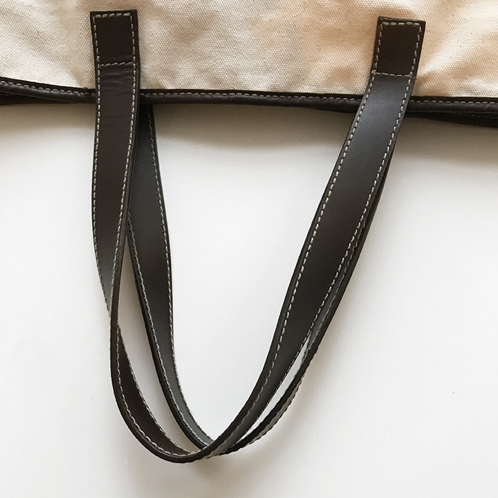 Two sided leather handles with contrast stitching
